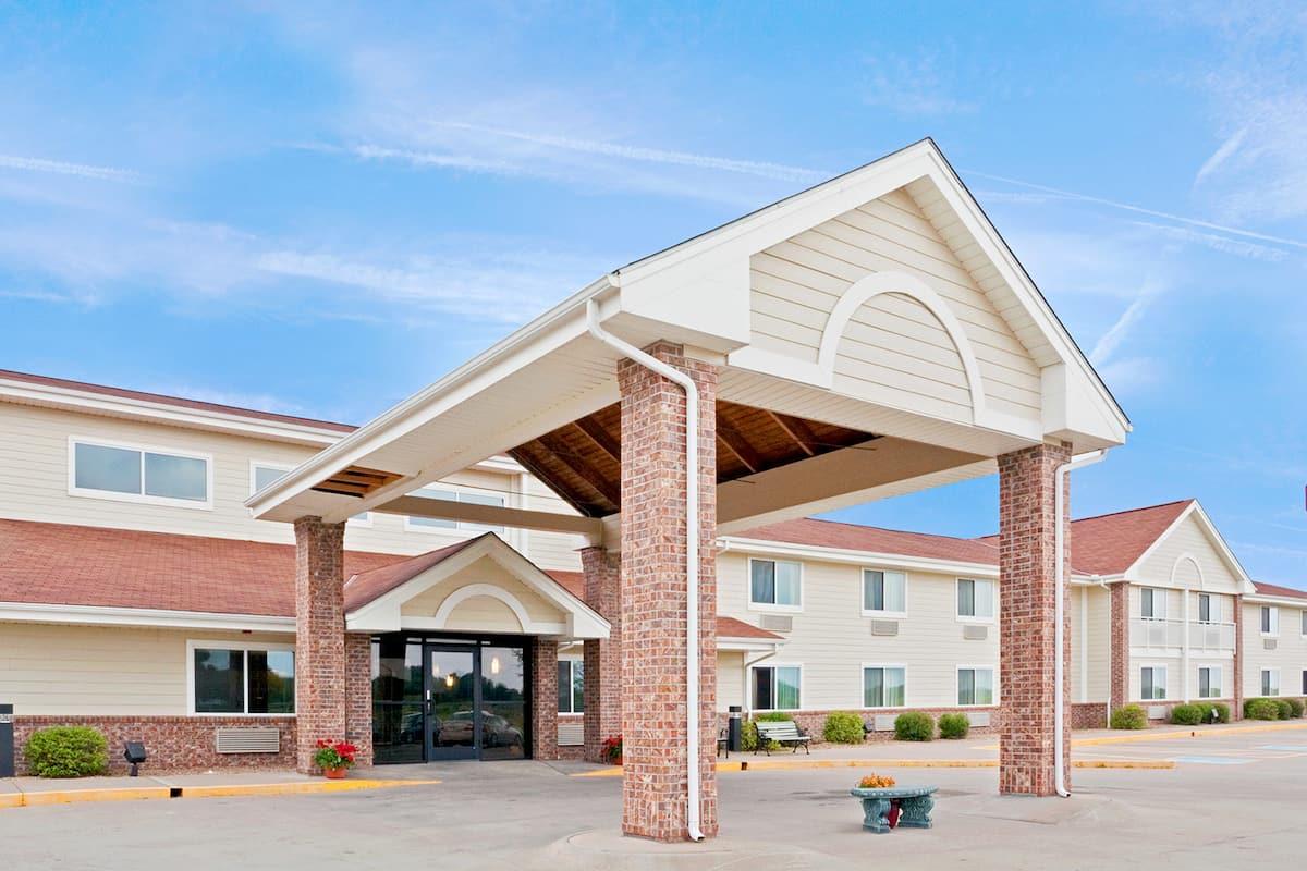 Exterior Of Americinn Lodge Suites Madison Sd Hotel In South Dakota