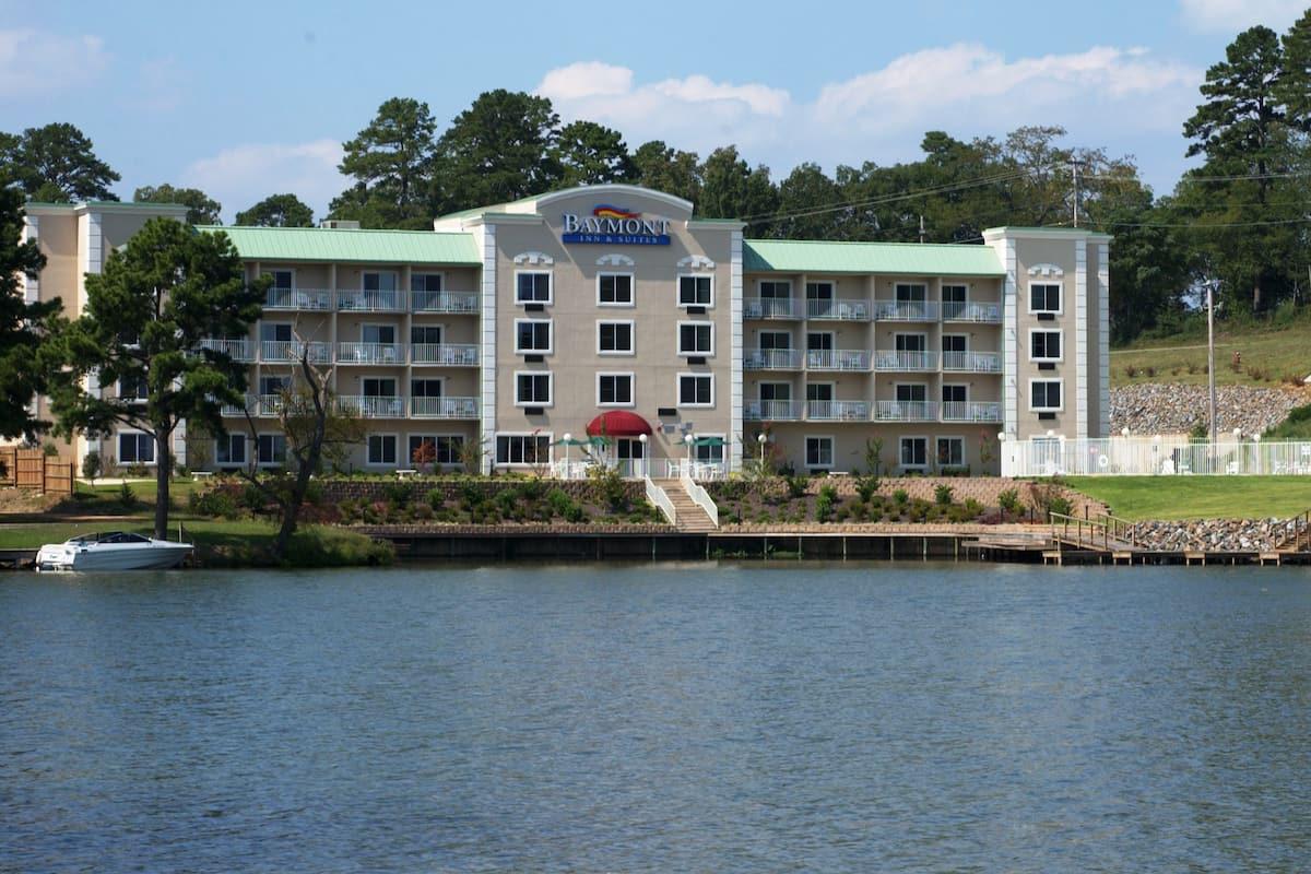 Exterior Of Baymont Inn Suites Hot Springs Hotel In Arkansas