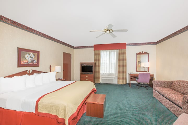 Guest room at the Baymont Inn & Suites Jonesboro in Jonesboro, Arkansas