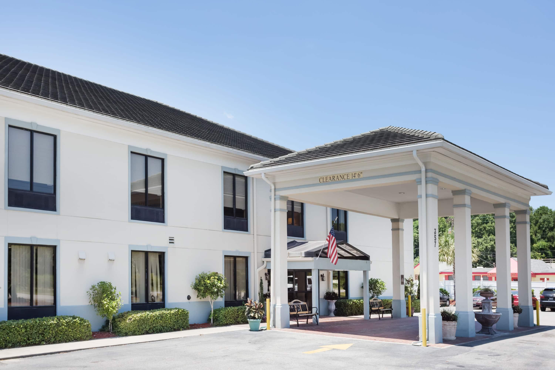 Perfect Exterior Of Baymont By Wyndham Savannah/Garden City Hotel In Savannah,  Georgia