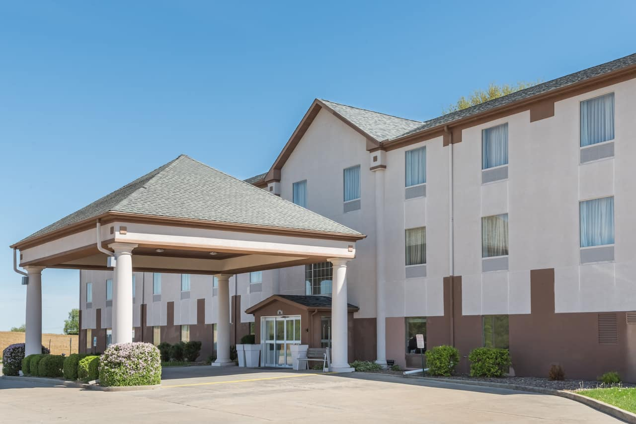 Baymont Inn & Suites Highland in Lebanon, Illinois