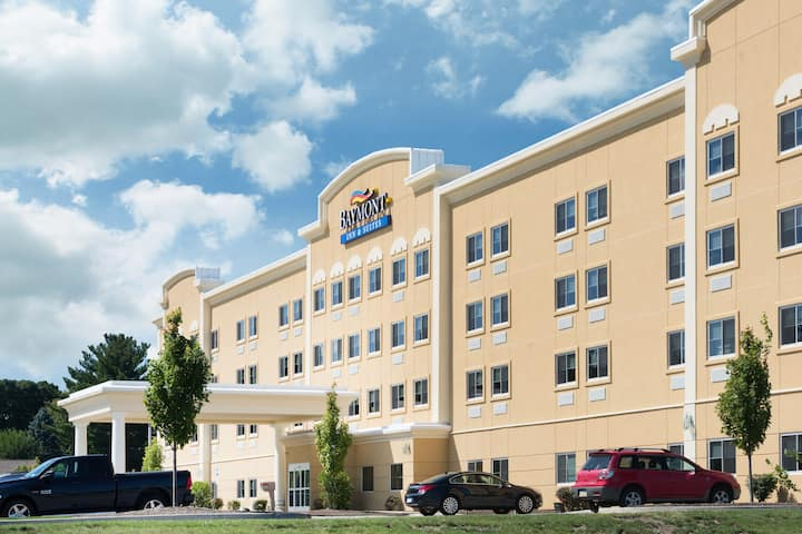 exterior of baymont by wyndham erie hotel in erie pennsylvania - Hilton Garden Inn Erie Pa