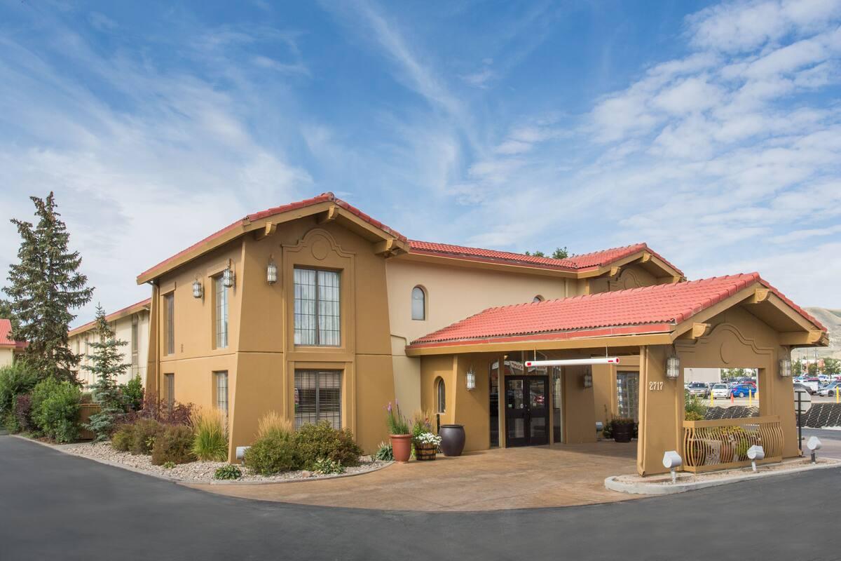 Exterior Of Baymont Inn Suites Rock Springs Hotel In Wyoming