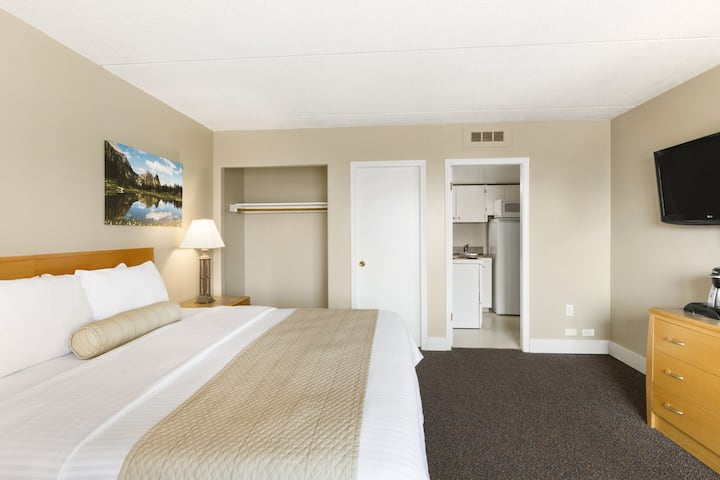Guest room at the Days Inn Golden in Golden, British Columbia