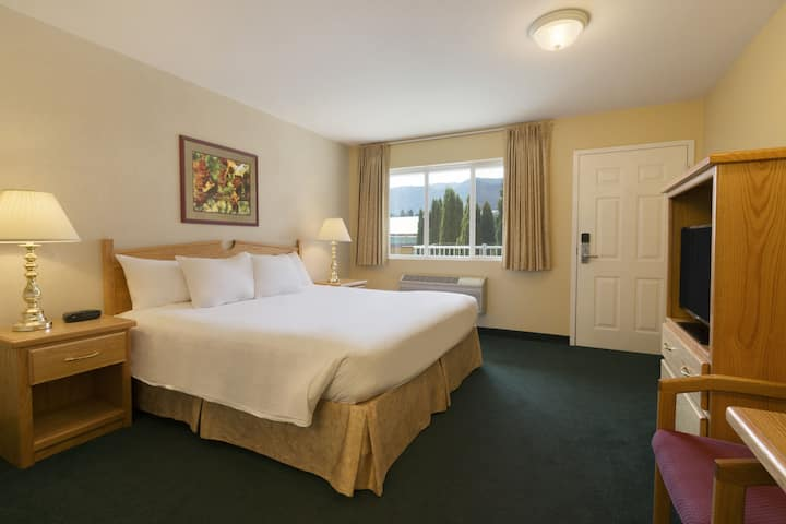 Guest room at the Days Inn & Conference Centre - Penticton in Penticton, British Columbia