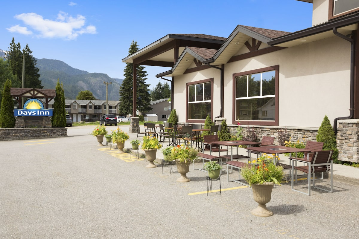 Exterior Of Days Inn Suites By Wyndham Revelstoke Hotel In British Columbia