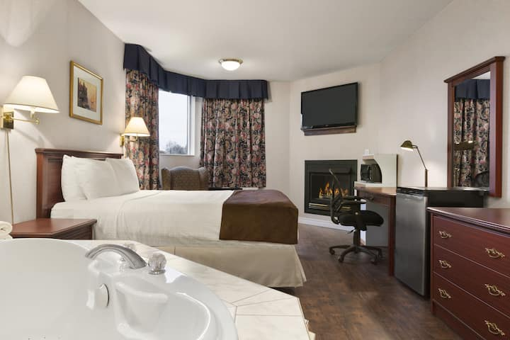 Days Inn Brockville suite in Brockville, Ontario