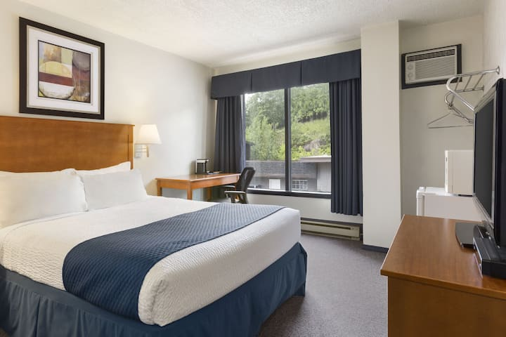 Guest room at the Days Inn Kenora in Kenora, Ontario