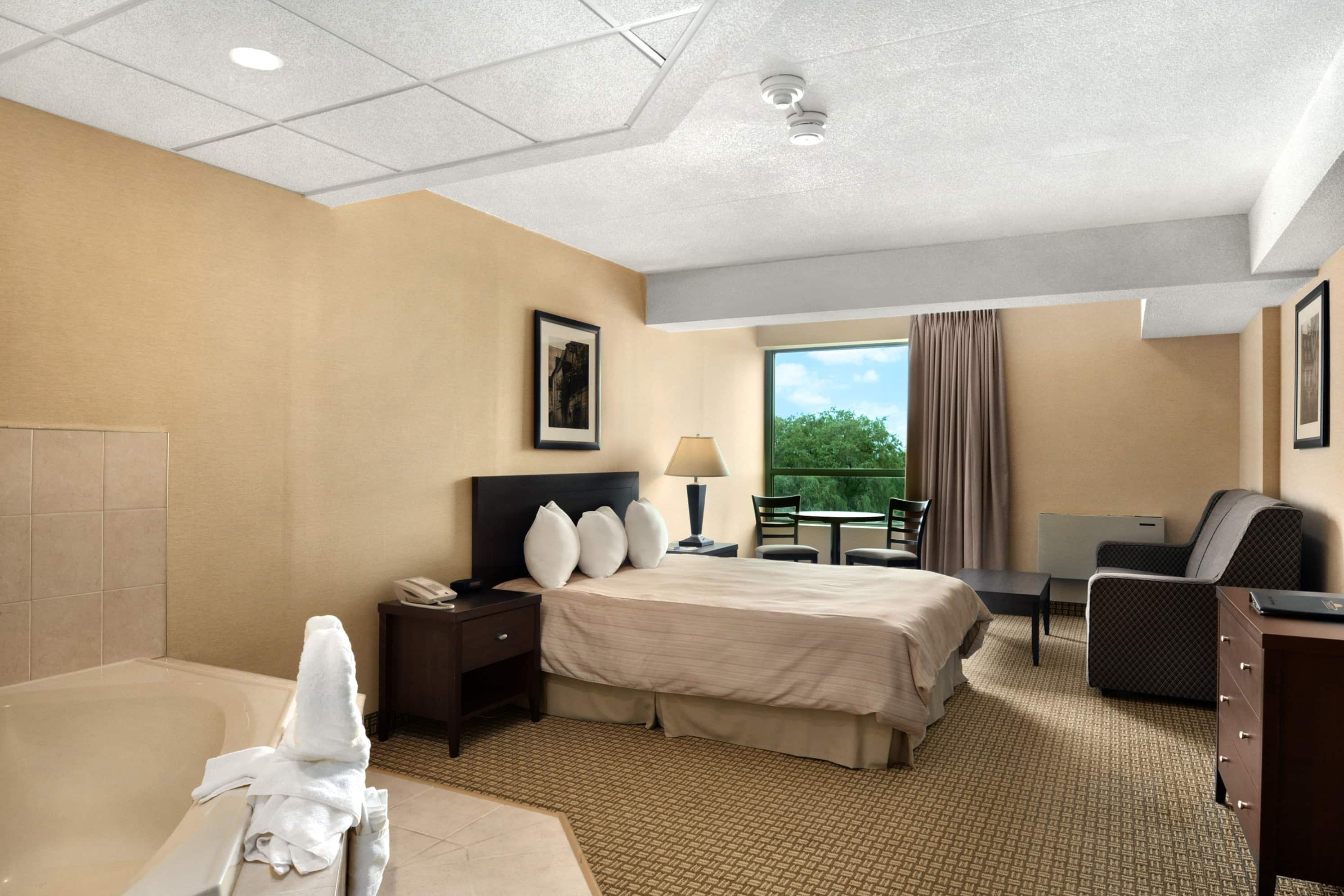 Days Inn - Niagara Falls Lundys Lane suite in Niagara Falls, Ontario