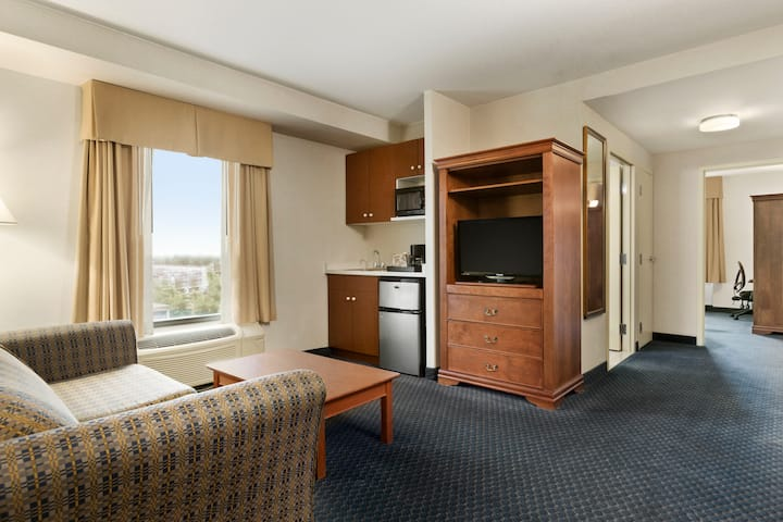 Days Inn & Suites - Niagara Falls Centre St. By the Falls suite in Niagara Falls, Ontario