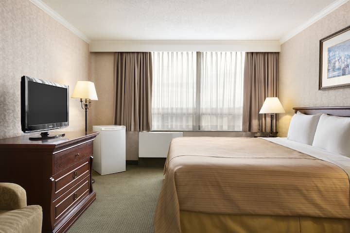 Guest room at the Days Inn - Ottawa West in Ottawa, Ontario