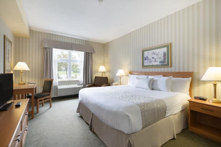Guest room at the Days Inn - Orillia in Ramara, Ontario