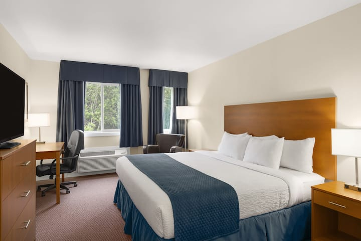 Guest room at the Days Inn Sioux Lookout in Sioux Lookout, Ontario