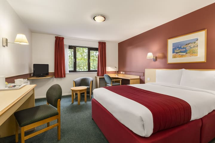 Guest room at the Days Inn Bristol M5 in Bristol, Other than US/Canada