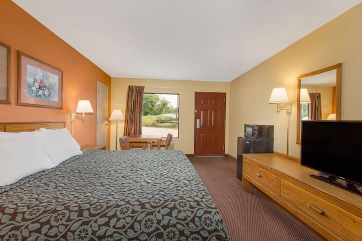 Guest room at the Days Inn Childersburg in Childersburg, Alabama