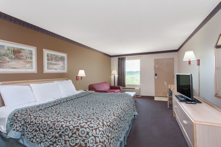 Guest room at the Days Inn Decatur Southeast in Decatur, Alabama