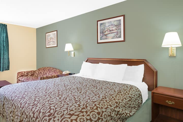 Guest room at the Days Inn Lincoln in Lincoln, Alabama