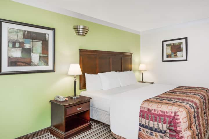 Guest room at the Days Inn - Oneonta AL in Oneonta, Alabama