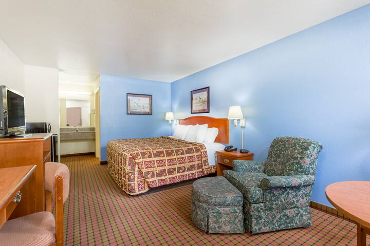 Guest room at the Days Inn Fordyce in Fordyce, Arkansas