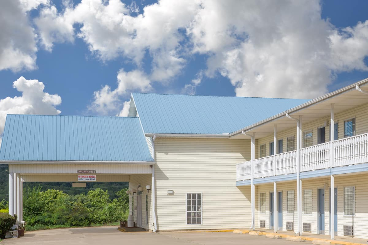 Exterior Of Days Inn Hardy Hotel In Arkansas