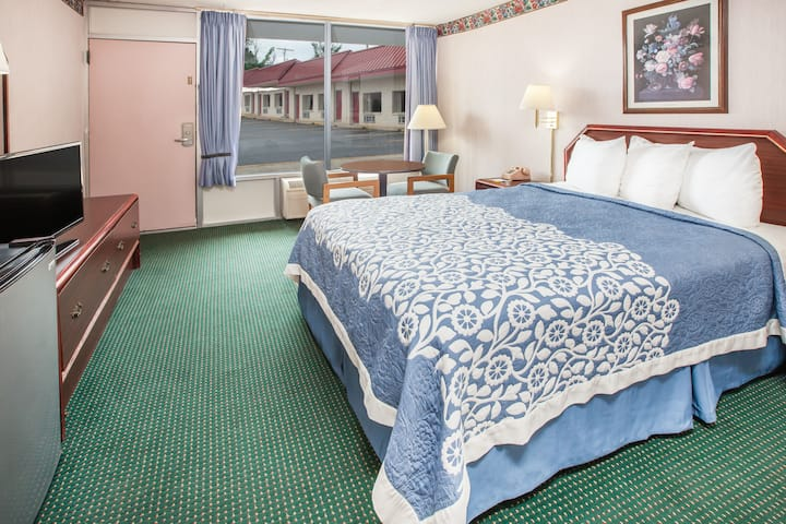 Guest room at the Days Inn Mountain View in Mountain View, Arkansas