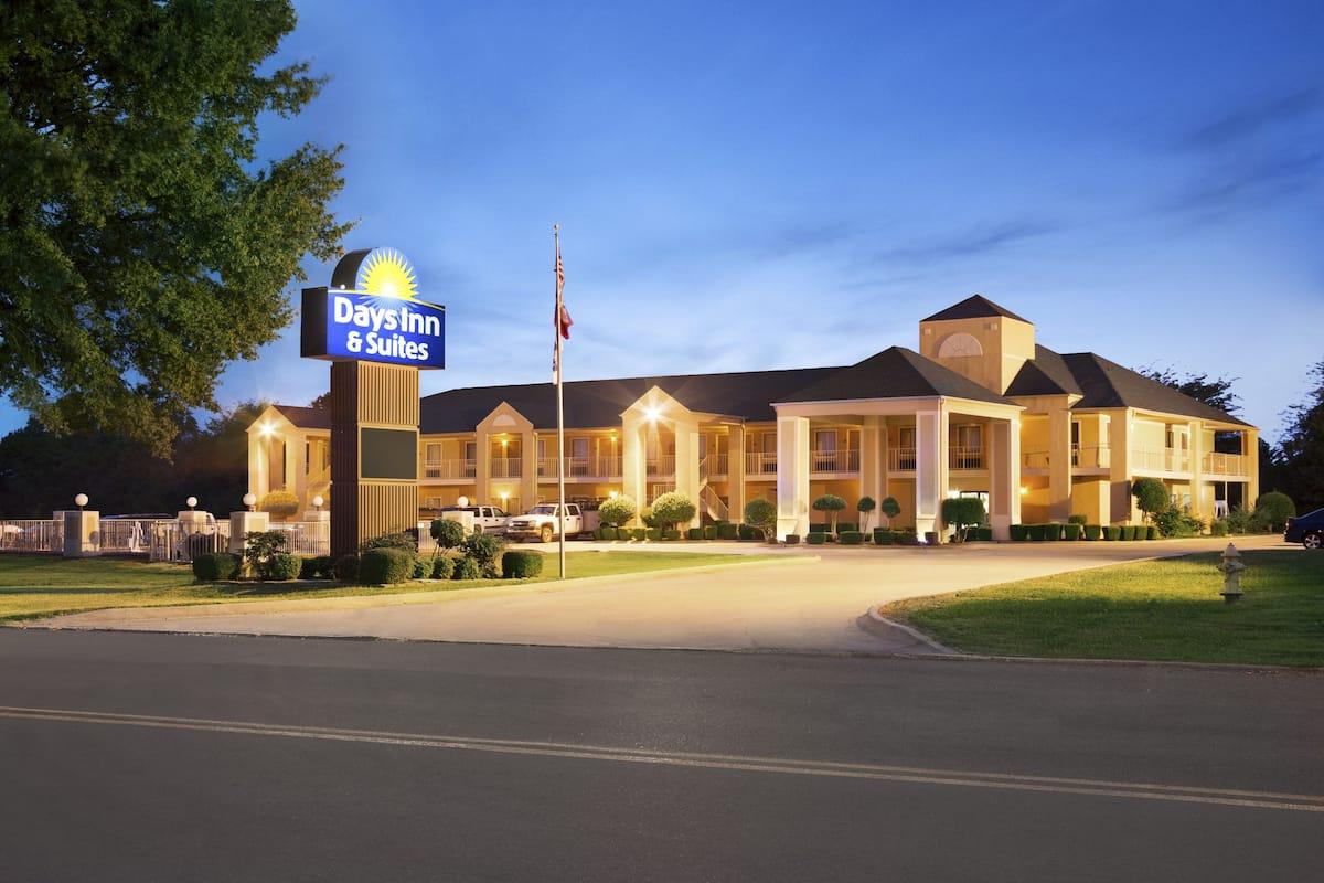 Exterior Of Days Inn Suites Stuttgart Hotel In Arkansas