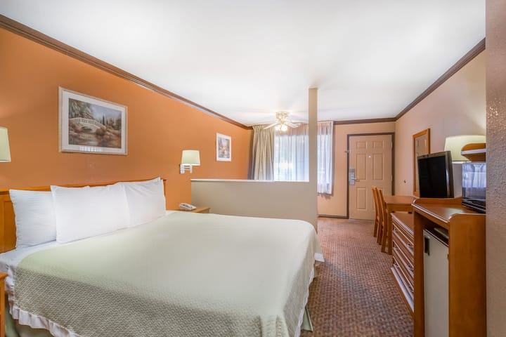 Guest room at the Days Inn Bishop in Bishop, California
