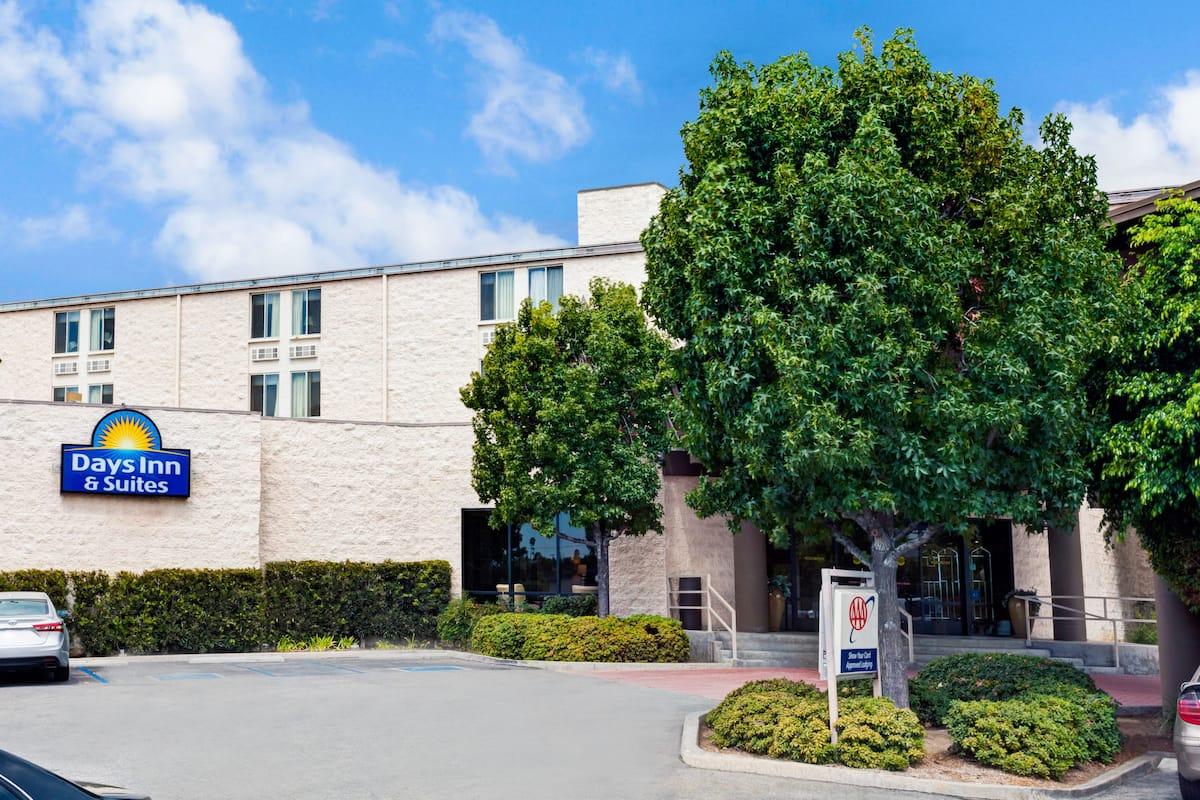 Exterior Of Days Inn Suites Fullerton Hotel In California