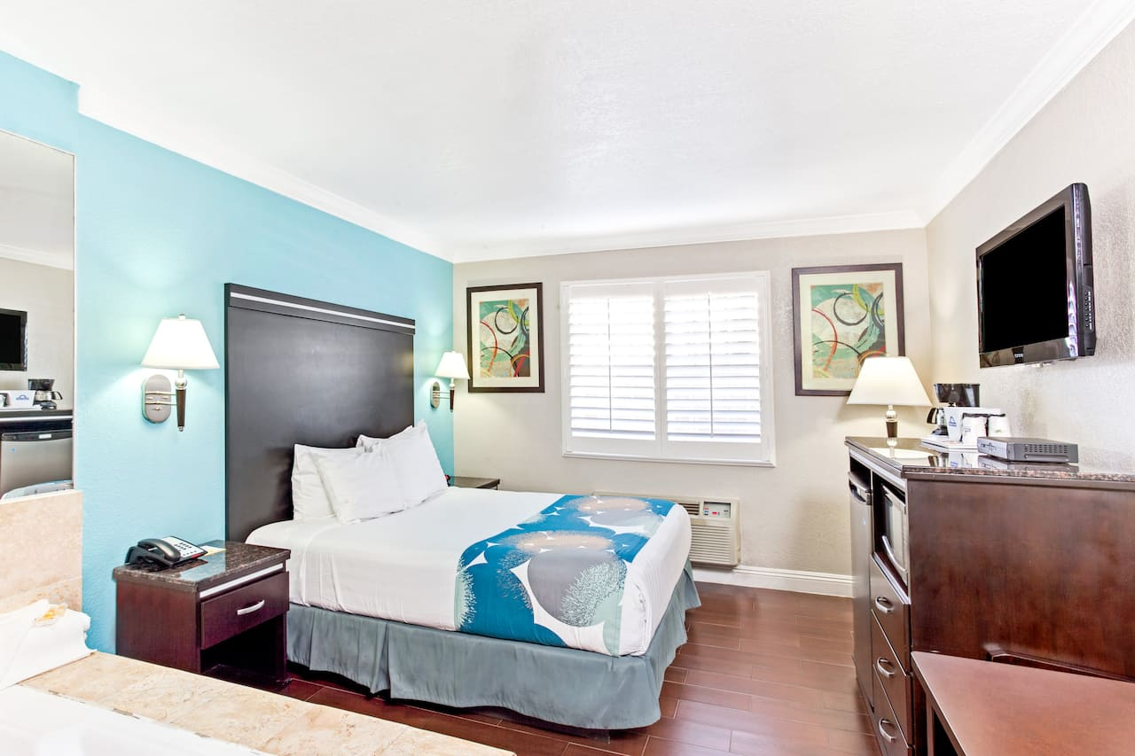 Https Www Wyndhamhotels Content Dam Property Images En Us Di Ca Long Beach 02437 Guestroom 4 Jpg Downsize 1280px At The Days Inn By Wyndham