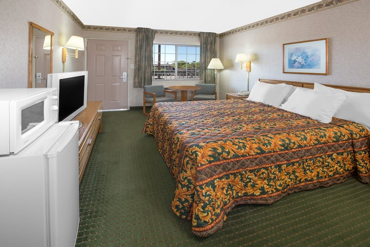 Guest room at the Days Inn Oroville in Oroville, California