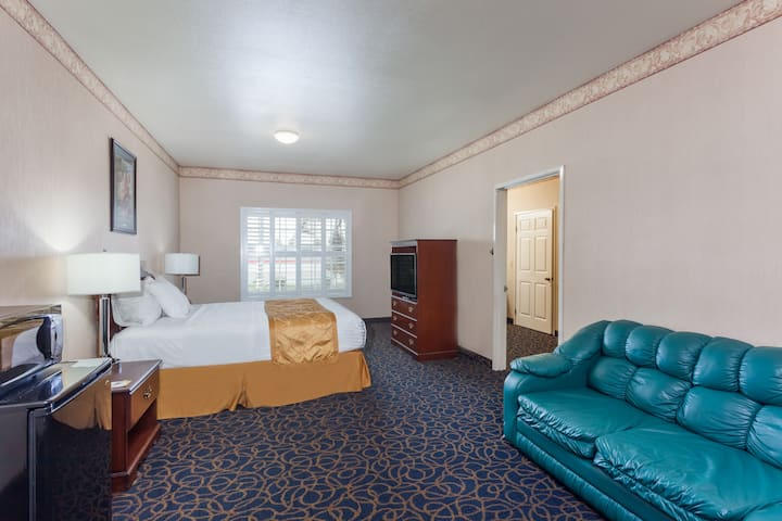 Days Inn & Suites South Gate suite in South Gate, California