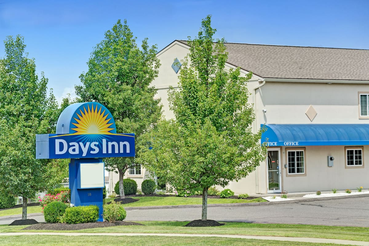 Exterior Of Days Inn Bethel Danbury Hotel In Connecticut