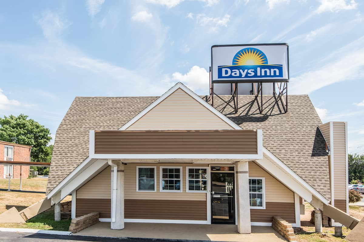 Exterior Of Days Inn Vernon Hotel In Connecticut