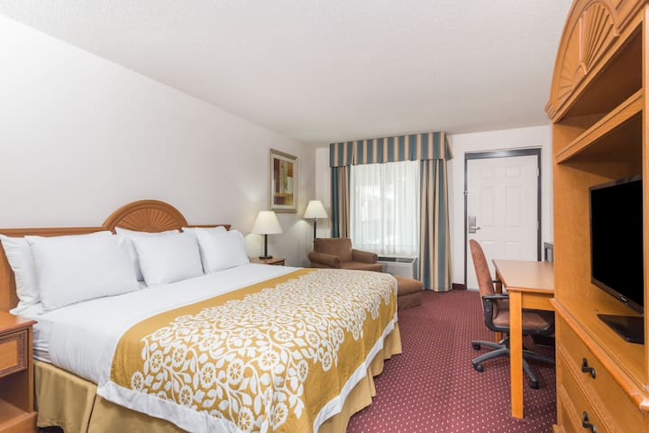 Guest room at the Days Inn Chiefland in Chiefland, Florida