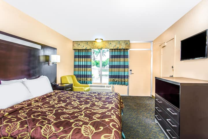 Guest room at the Days Inn Fort Lauderdale Airport Cruise Port in Fort Lauderdale, Florida