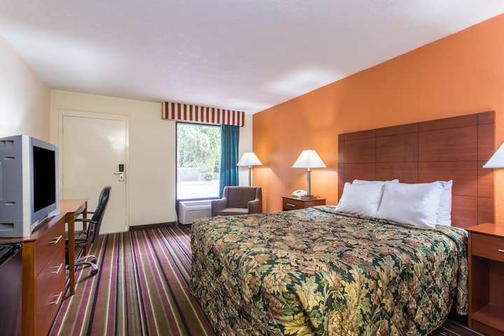 Guest room at the Days Inn Lake City I-10 in Lake City, Florida