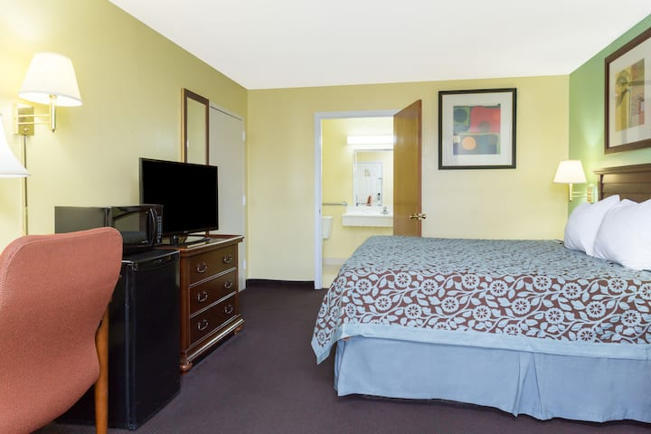 Guest room at the Days Inn Lamont/Monticello in Monticello, Florida