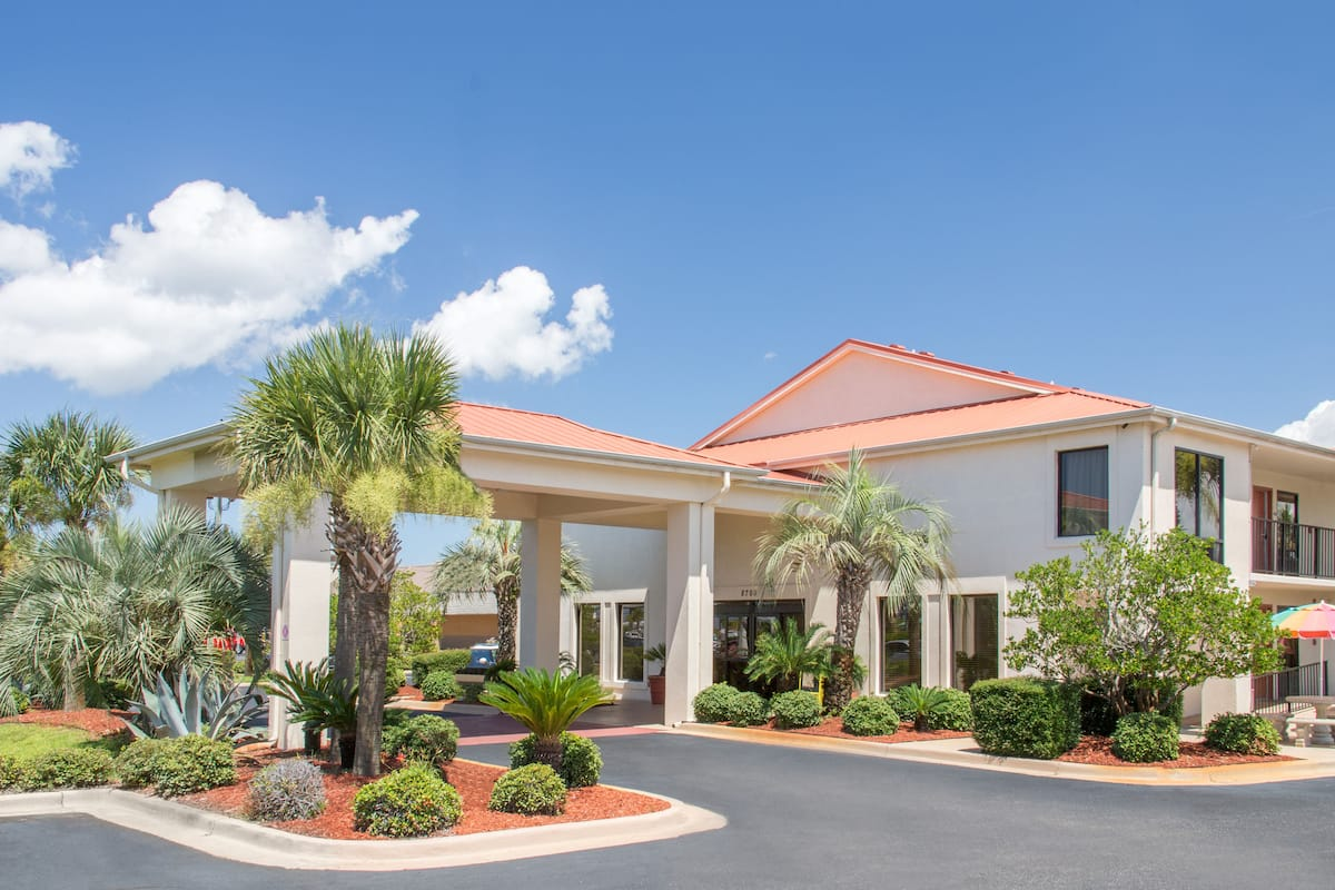 Exterior Of Days Inn Suites By Wyndham Navarre Conference Center Hotel In Florida
