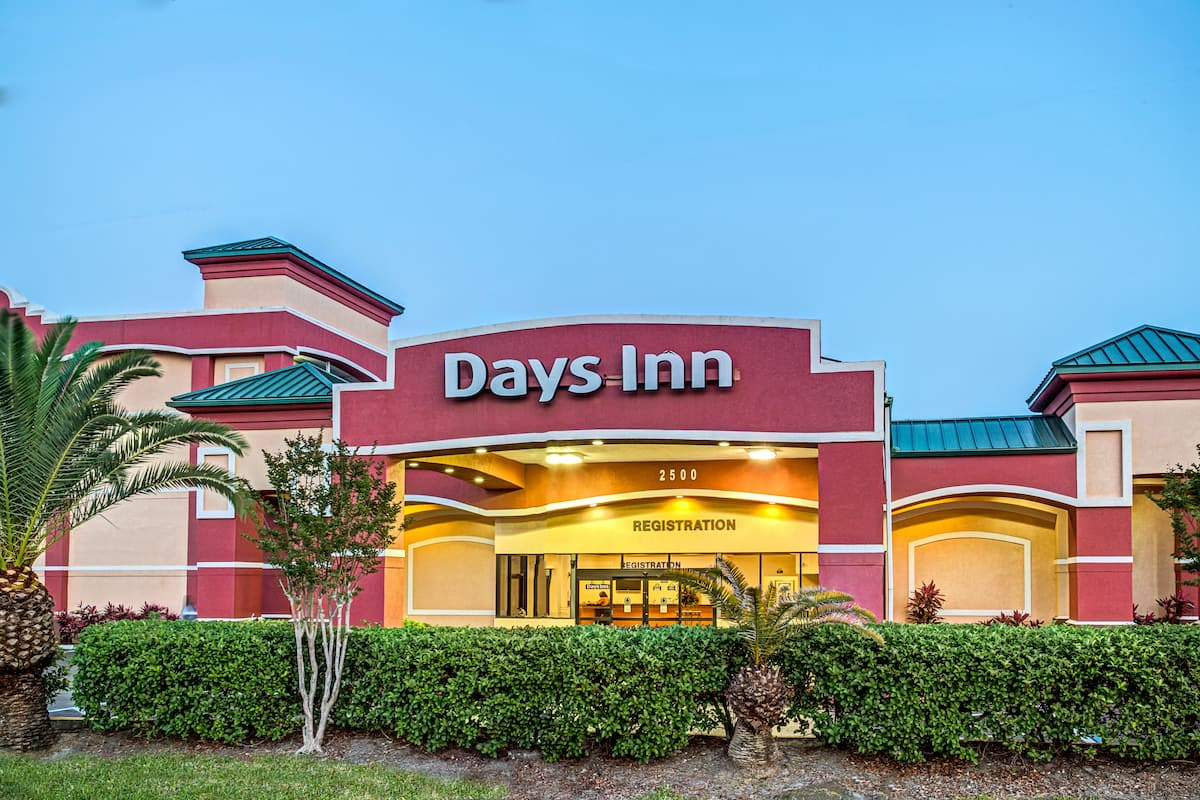 Exterior Of Days Inn By Wyndham Orlando Near Millenia Mall Hotel In Florida