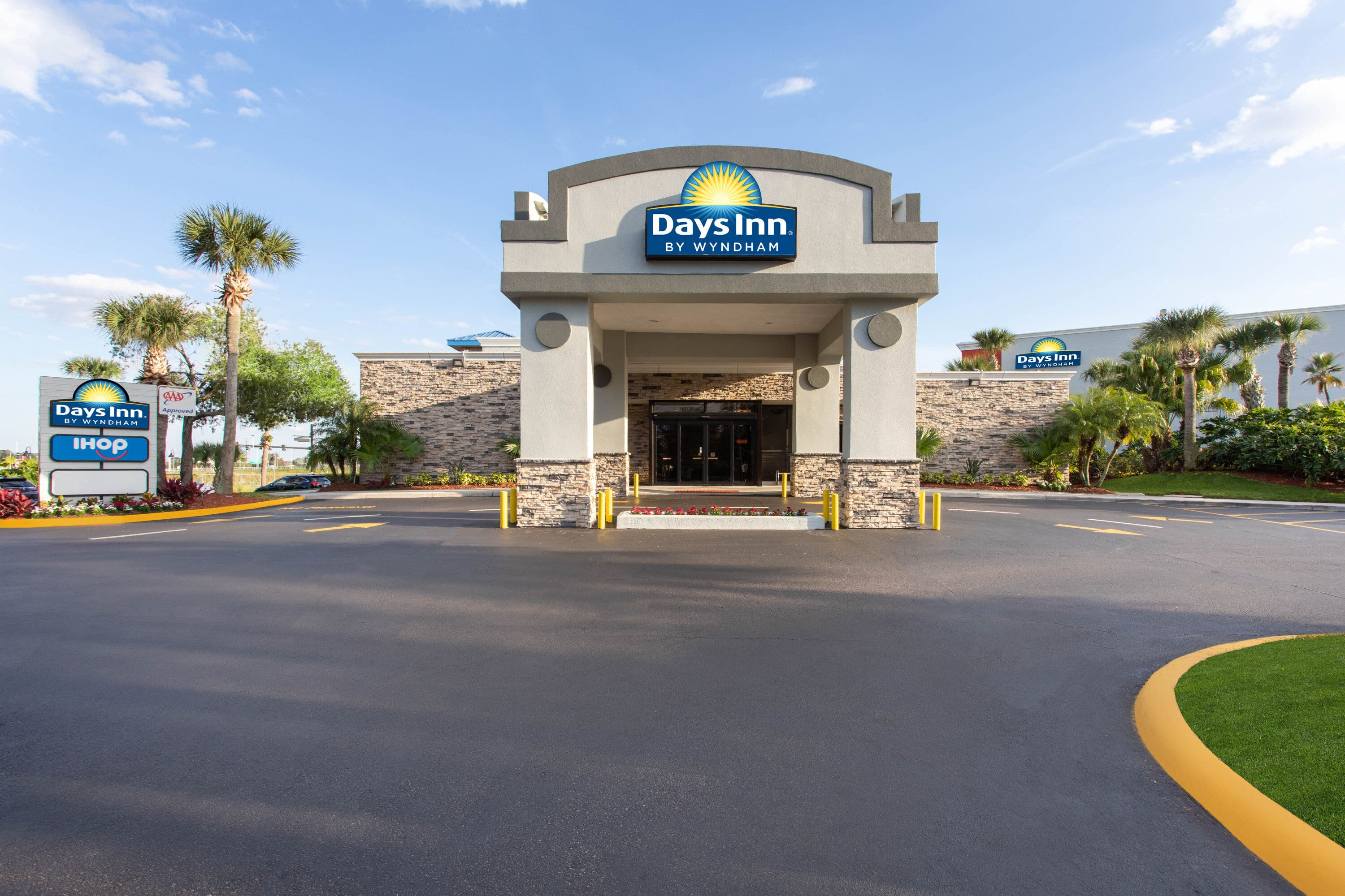 Exterior Of Days Inn Orlando Convention Center/International Drive Hotel In  Orlando, Florida