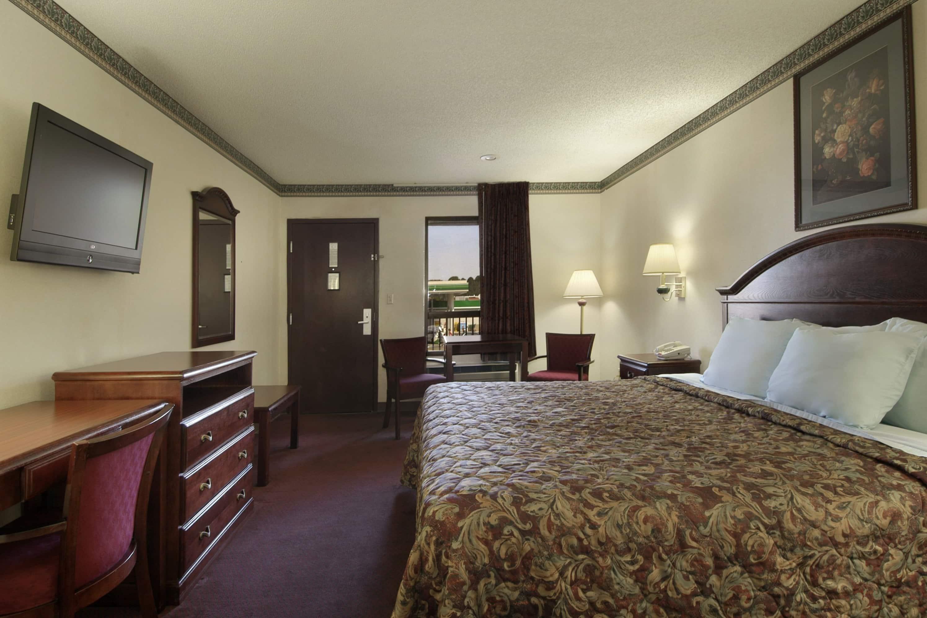 Guest room at the Days Inn Bainbridge in Bainbridge, Georgia