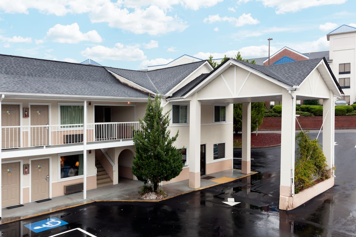 Exterior Of Days Inn Dahlonega Hotel In Georgia