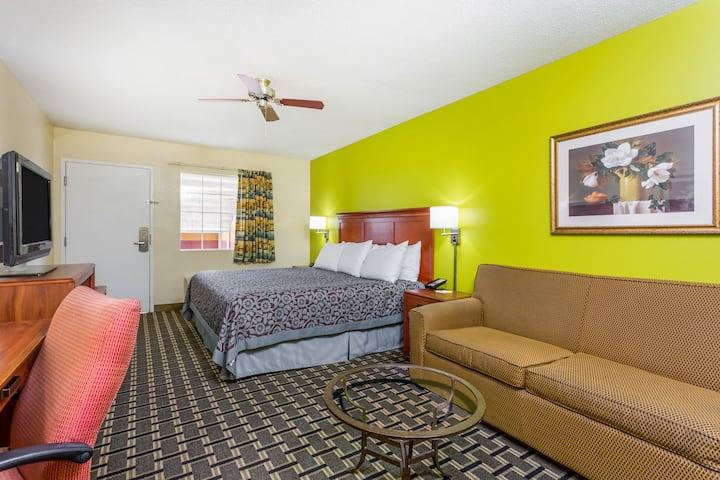Guest room at the Days Inn Trenton in Trenton, Georgia