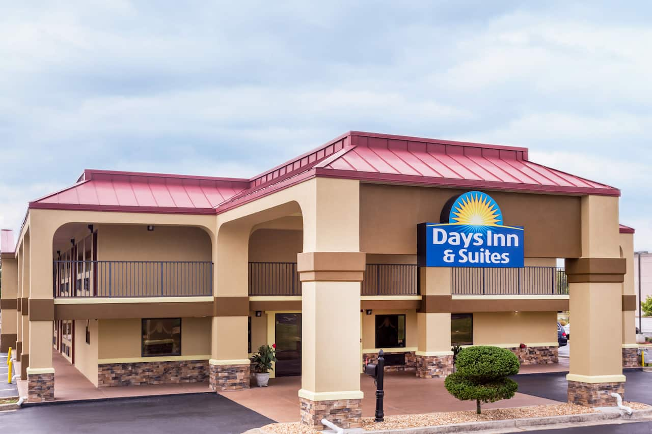Days Inn & Suites Warner Robins Near Robins AFB in Byron, Georgia