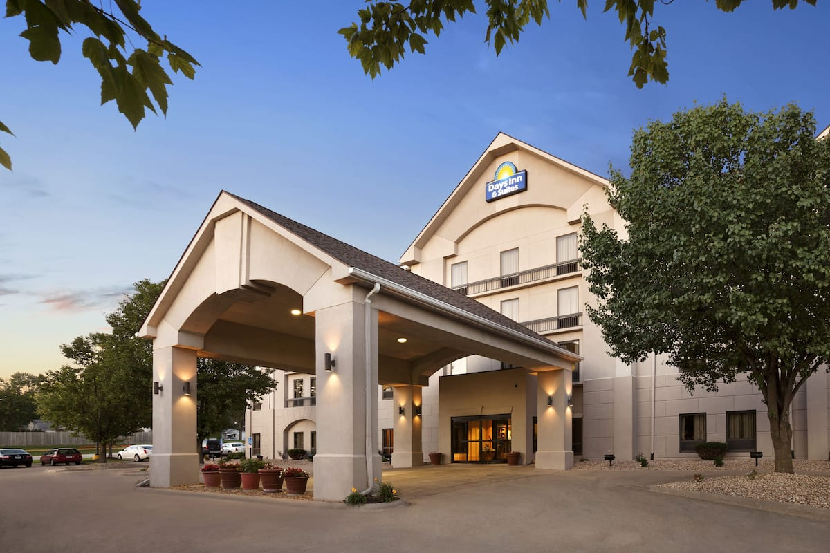 Exterior Of Days Inn Suites By Wyndham Cedar Rapids Hotel In Iowa