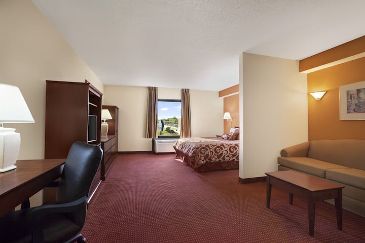 Days Inn & Suites Cedar Rapids suite in Cedar Rapids, Iowa