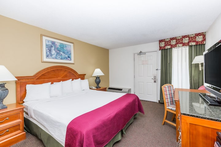 Guest room at the Days Inn Des Moines-West Clive in Clive, Iowa