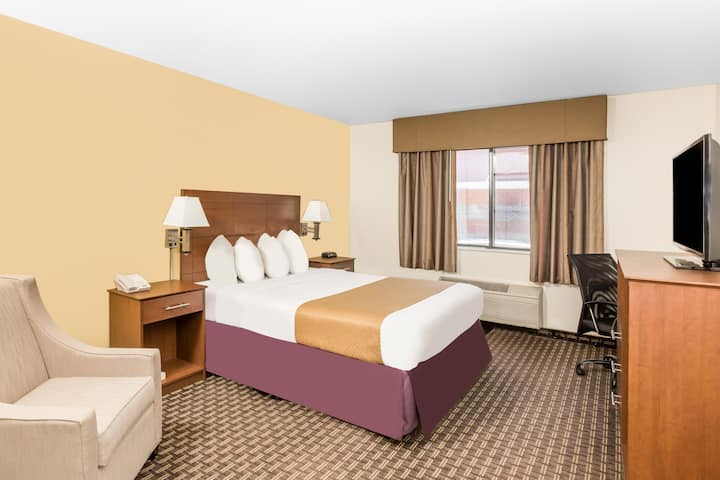 Guest room at the Days Inn Des Moines Merle Hay in Des Moines, Iowa