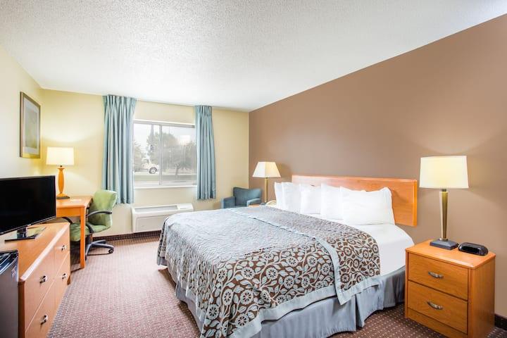 Guest room at the Days Inn Evansdale Waterloo in Evansdale, Iowa