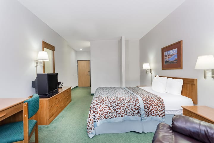Guest room at the Days Inn Manchester in Manchester, Iowa